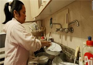تأخر الأجور.. أبرز معاناة عاملات المنازل