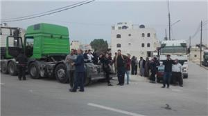 اعتصام أصحاب الشاحنات أمام محافظة مأدبا