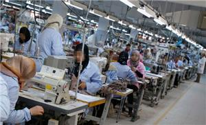 مصنع ألبسة يسرّح مئات العاملات