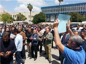 المعلمون يحتجون على تعديلات الخدمة المدنية والبصمة
