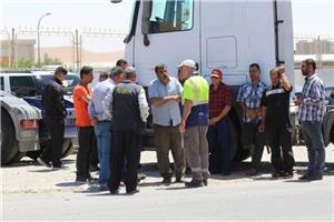 وقفة احتجاجية لأصحاب شاحنات نقل الاسمنت