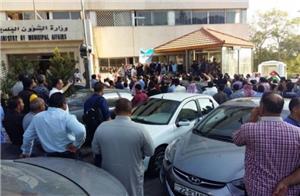 اعتصام حاشد لموظفي البلديات أمام